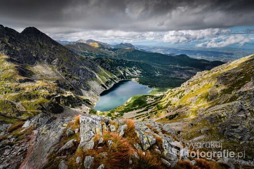 Orla Perć to nie tylko jeden z najniebezpieczniejszych, ale i jeden z najpiękniejszych widokowo szlaków w Tatrach. Od lewej widzimy Kościelec, Kasprowy Wierch oraz Czerwone Wierchy. W punkcie centralnym Czarny Staw Gąsienicowy oraz w oddali Giewont.