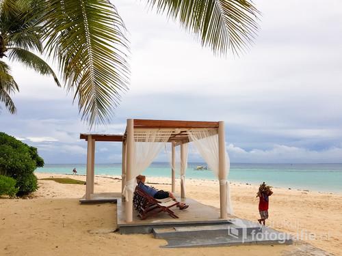 Wyspa Bantayan nie jest znanym i drogim resortem. Od kilku lat podnosi się po zniszczeniach wywołanych supertajfunem Yolanda. Buduje się nową infrastrukturę dla turystów. Takie mini enklawy, mające dawać poczucie luksusu czasami irytująco kontrastują z zabrudzoną plażą czy rozpadającymi się domostwami.