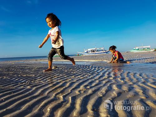 Świt. Plaża w pobliżu Santa Fe. Rybacy wrócili z nocnego połowu i porządkują sieci. Dzieci towarzyszą im bawiąc się na plaży.
