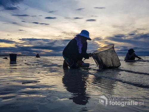 Świt to czas, kiedy w trakcie odpływu babcie przesiewają piasek i zbierają drobne muszelki. Potem są one nawlekane w formie naszyjników i najmłodsze pokolenie sprzedaje je turystom.