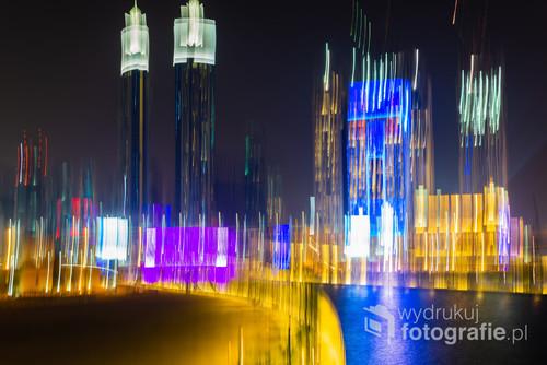 Zdjęcie wykonane z mostu nad kanałem w Dubaju. Efekt uzyskany dzięki długiemu naświetlaniu i delikatnym przesunięciu aparatu w pionie. 15-09-2017