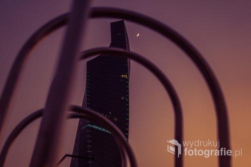 Zdjęcie wykonane niedługo po zachodzie słońca w parku Al Shaheed, Sharq, Kuwejt. Wysoka wilgotność powietrza i światła miasta powodują, że nocne niego ma odpowiednią
