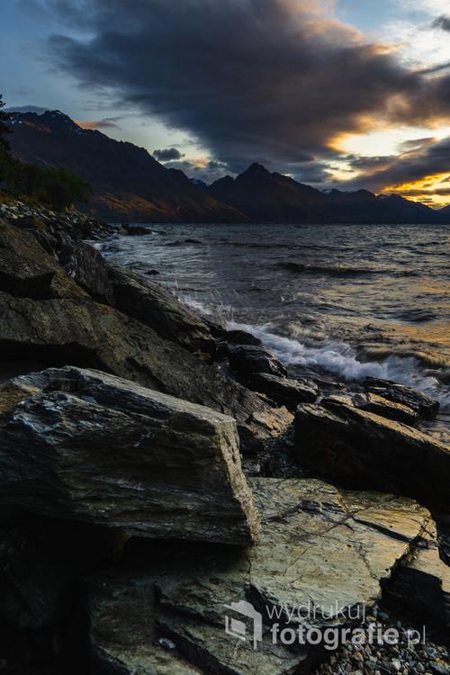 Brzeg jeziora Wakatipu, Queenstown, Nowa Zelandia.