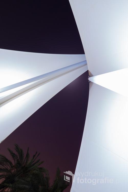 W ciągu dnia namiot zapewnia cień, w nocy jest tematem fotografii. Salmiyah, Kuwejt. 28-08-2018