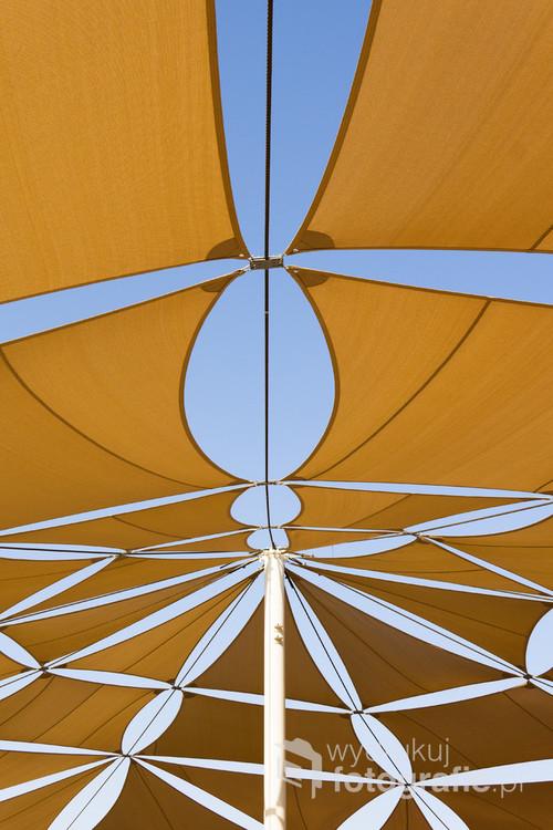 Namiot nad placem zabaw chroniący przed intensywnym słońcem. Wyspa Al Reem, Abu Dhabi, Zjednoczone Emiraty Arabskie. 22-04-2019