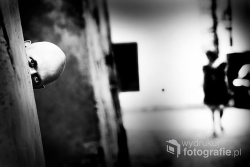 Rok 2014 Lublin. Michał Bielawski, scenarzysta i reżyser filmu Mundial. Gra o wszystko, czeka przed Teatrem Starym w Lublinie, w którym trwa prezentacja jego filmu. Ta fotografia została wyróżniona w konkursie National Geographic 2015.