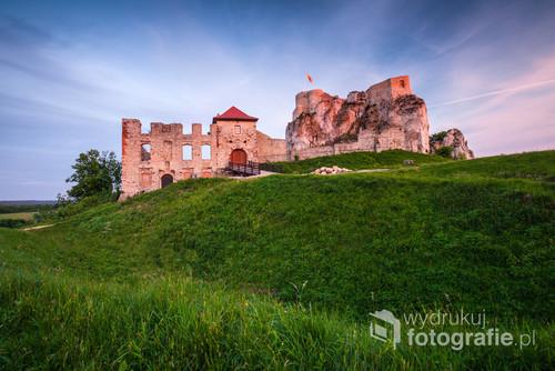 Zamek w Rabsztynie w trakcie zachodu Słóńca. Zdjęcie wykonanao w czerwcu 2015 roku.