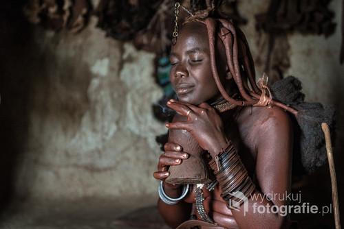 Zdjęcie zostało zrobione w Namibii w 2014 roku. Przedstawia kobietę Himba podczas codziennej toalety. Zdjęcie było zdjęciem miesiąca magazynu Traveler.