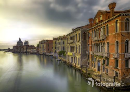 Wenecja , świt ok godz 5-tej , miasto jeszcze śpi i zalega błogi spokój tego najliczniej odwiedzanego miasta świata .Niesamowity nastrój tego świtu wśród zabytków i ciszy ,sprawia niesamowite wrażenie w porównaniu z tym co zastanie się w południe .Zdjęcie zrobione z mostu Akademii