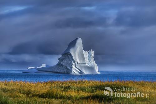 Wyspa Disco na Morzu Baffina 4 godziny statkiem od Grenlandii , góra lodowa wielkości 10-cio piętrowego wieżowca .Pomimo swej wielkości na skutek ocieplania się klimatu już po kilku godzinach góra zmieniła kształt . Honorowy Medal FIAP