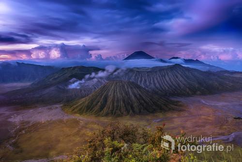 Wyspa Jawa , po nocnym podejściu na nieczynny wulkan  po godzinie czekania w mroku ,po pojawieniu się świtu ukazał się jeden z najpiękniejszych widoków naszej planety - widok na grupę wulkanów z czynnymi wulkanami grupy Bromo .