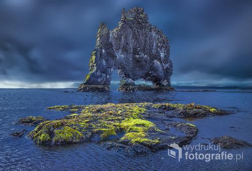 Islandia -pozostałość krateru wulkanu Hvitserkur w postaci skały wyłaniającej się w Atlantyku w kształcie pijącego łosia lub smoka .Pogoda była potworna ,padał deszcz i wiał bardzo silny wiatr i na chwilę nieco pojaśniało
