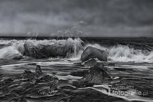 Atlantyk w pobliżu laguny Jokulsarlon, była fatalna pogoda , bardzo wiało i fale ostro uderzały w brzeg Islandii,