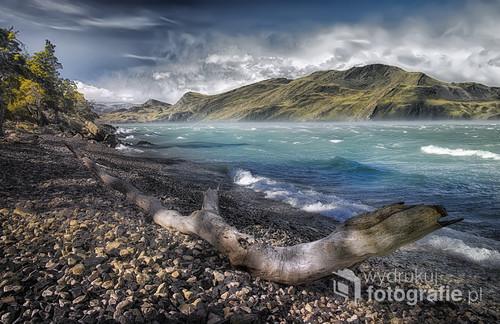 Patagonia Park narodowy Torres de Panie /Chile /. W czasie trekingu wiatr na jeziorze i obok był tak silny ,że zerwał mi 9 kg plecak , a mnie rzucił na kamienie , aparat także oberwał ,całe szczęście ,że był metalowy .Byłem cały mokry jak robiłem to zdjęcie , aparat też i na dodatek z pokrwawioną prawą ręką i nieco uszkodzonym na szczęście metalowym aparatem.