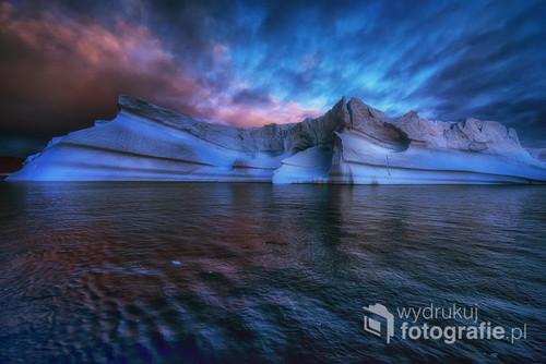 Grenlandia , wieczorny powrót kutrem na Grenlandię o zachodzie słońca gdzie ognista łuna rozświetla niebo i fantazyjne góry lodowe to była bajka i niezapomniane wrażenie .