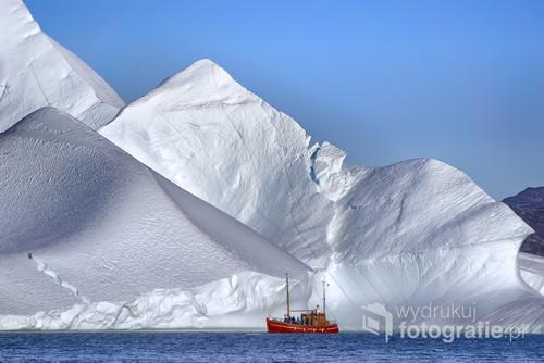 Globalne ocieplenie postępuje lodowce topnieją i od nich odrywają się ogromne góry lodowe jak ta na Morzu Baffina obok Grenlandii  .