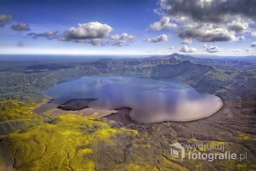 Dzikie i niedostępne z lądu miejsca na naszej planecie to kamczackie wulkany . Zdjęcie zrobione z helikoptera , jezioro leży na wysokości powyżej 2000 m.n.p.m,