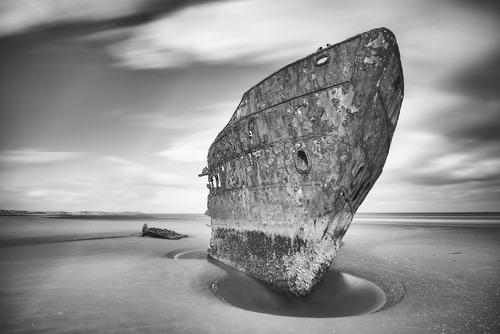 Przedstawiam drugą odsłonę słynnego wraku Irish Trader znajdującego na wschodnim wybrzeżu Irlandii nieopodal miejscowści Baltray. Tym razem w wersji czarno białej. Fotografia została wykonana techniką długiej ekspozycji z zastosowaniem filtra. Jest to obraz abstrakcyjny, oryginalny z pewnością jego wykonanie i nastrój zadowoli niejednego miłośnika fotografii.