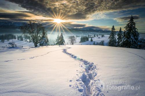 Zimowy, górski krajobraz z zachodzacym słońcem
