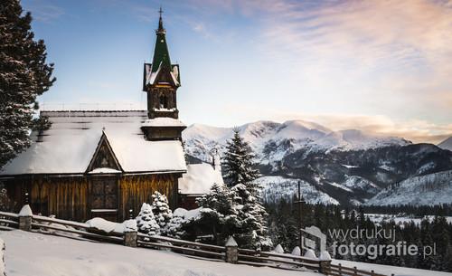 Kaplica z widokiem na Tatry, zdjęcie zrobione w święto Trzech Króli.