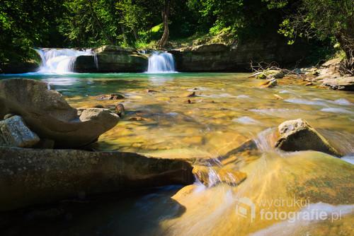 Leśny, górski wodospad. Zdjęcie wykonane latem 2019r