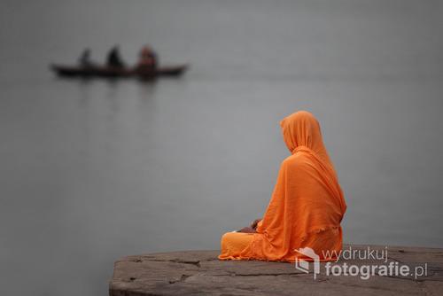 samotna postać nad Gangesem - Varanasii