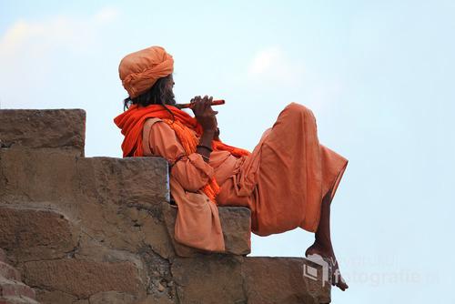 autochton z Varanasi grający na schodach przy rzece - Indie 2013 r.