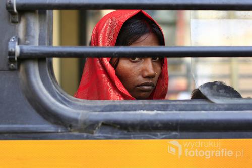 New Delhi - młoda kobieta jadąca miejscową komunikacją