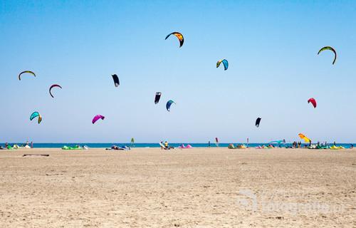 Plaża u wybrzeży wyspy Rodos. Kolorowe latawce służące jako żagiel ciągnący deskę. Coraz bardziej popularny sport zwany Kitesurfingiem.