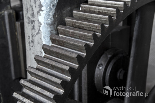 Fotografia wykonana w Walcowni Cynku. Jest to element ogromnego koła napędowego.