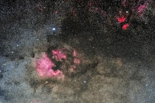 Ta astrofotografia głębokiego nieba przedstawia fragment gwiazdozbioru Łabędzia - okolice gwiazdy Deneb, wraz z bogactwem słynnych mgławic w tym Ameryki Północnej czy Pelikana. Jest to jeden z moich ulubionych rejonów nocnego nieba, które chętnie fotografuję.  Łączny czas ekspozycji wynosi około 60 minut, a za łapanie fotonów odpowiedzialny był obiektyw Sigma 105 z linii Art, wraz z aparatem modyfikowanym pod astrofotografię.
