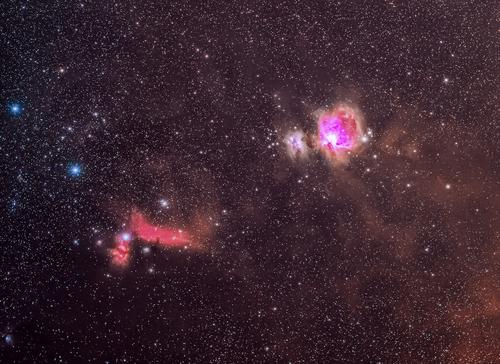 Ta astrofotografia przedstawia najciekawszy fragment gwiazdozbioru Oriona, a mianowicie: Wielką Mgławicę w Orionie (M42 i M43), mgławicę Koński Łeb i Płomień. Jest to jeden z niekwestionowanych klejnotów zimowego nieba.  Zdjęcie zostało wykonane przy użyciu obiektywu Sigma Art 105mm f/1.4 i aparatu zmodyfikowanego pod astrofotografię. Łączny czas naświetlania to ponad 60 minut.