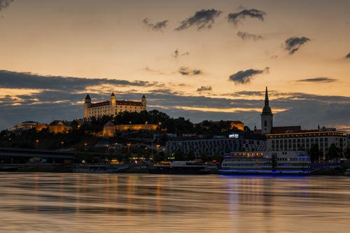 Ta wieczorna panorama starówki Bratysławy z górującym nad miastem okazałym zamkiem została wykonana techniką HDR. Dzięki temu doskonale zachowane są zarówno światła miasta, jak i kolor nieba, podświetlonego przez zachodzące za horyzont słońce. To był iście królewski, ciepły wieczór w wyjątkowo spokojnej stolicy Słowacji.