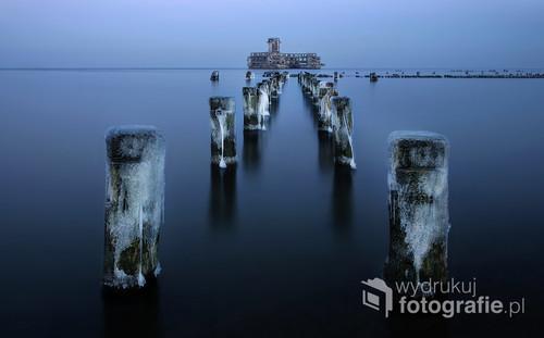 Zdjęcie wykonano zimą w Torpedowaffenplatz Hexengrund w Babim Dole (dziś Babie Doły). – polska nazwa zwyczajowa centralnego obiektu niemieckich ośrodków badawczych torped, budowanych na terenie Polski w czasie II wojny światowej. Torpedownia była to hala montażowa torped wraz z urządzeniami do próbnych strzelań, wybudowana na dnie akwenu, w odległości kilkuset metrów od brzegu.