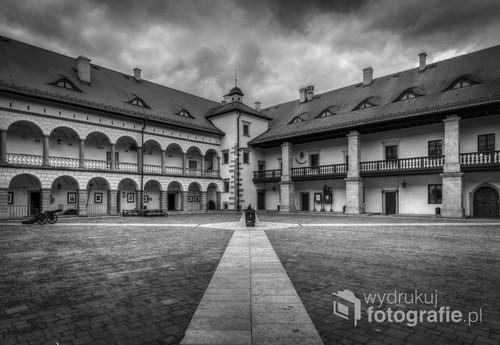 Dziedziniec zamku królewskiego w Małopolsce