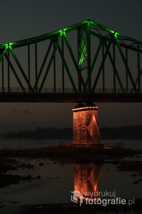 Podświetlany most nad rzeką Wisłą we Włocławku, jeden z dwóch w mieście. Można go podziwiać spacerując bulwarami.