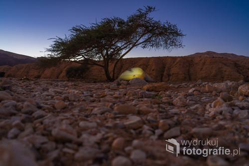 Obóz w Parku Timna podczas samotnej wędrówki pustynną częścią Izraelskiego Szlaku Narodowego.