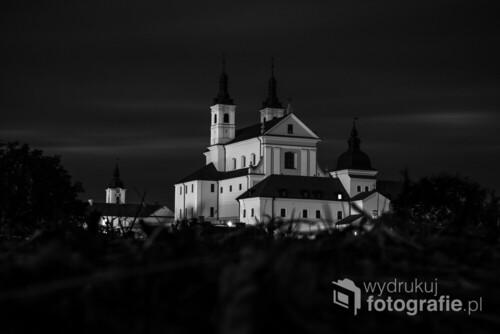 Kilkuminutowa nocna ekspozycja z maksymalną głębią ostrości obiektywu. Zdjęcie wykonane latem.