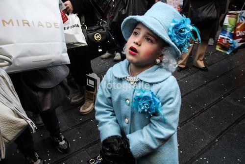 Zdjęcie wykonane w Neapolu w lutym 2016 roku. Ostatnie dni karnawału spędziłam w Neapolu, spacerując ulicami miasta szukałam ciekawych kadrów. Moją uwagę zwróciła mała dziewczynka w nietypowym stroju, która z niezwykłym spokojem pozowała do zdjęcia. Zdjęcie otrzymało Grand Prix w Wielkim Konkursie Fotograficznym National Geographic.