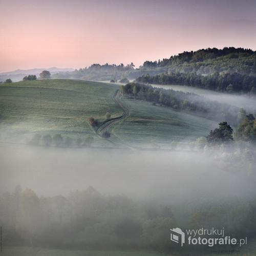 Pogórze Leskie o świcie prawie zawsze tonie we mgłach.