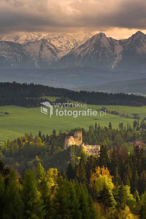 Zamek w Niedzicy. Jest takie jedno miejsce w Czorsztynie z którego widać zamek a za nim Tatry...