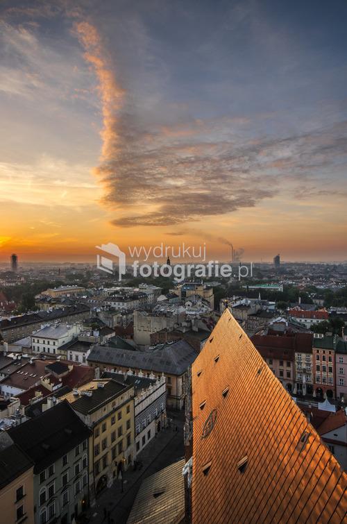 Widok o wschodzie słońca na Kraków z wieży kościoła Mariackiego.