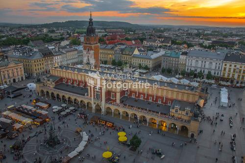 Sukiennice w Krakowie, o zachodzie słońca. Widok z wieży kościoła Mariackiego.
