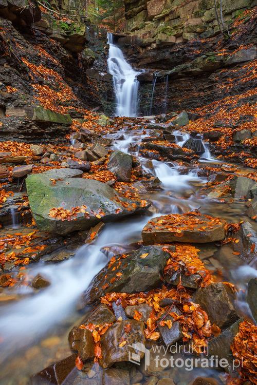 Wodospad Mosorczyk w Zawoi Mosorne, jesienną porą...