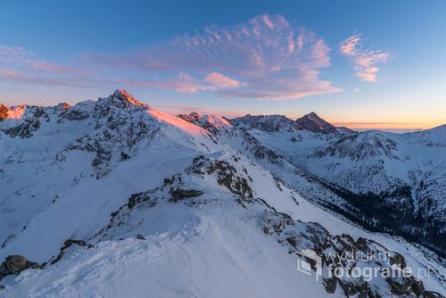 Beskid w Tatrach Zachodnich. O zachodzie słońca.