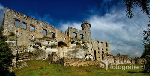 Zamek Ogrodzieniec to największa warownia Wyżyny Krakowsko-Częstochowskiej, a także, jeden najpiękniejszych zamków w Polsce