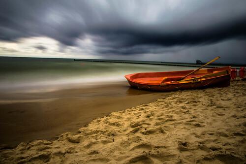 Łódka nad Morzem Bałtyckim, wykonana z długim czasem naświetlania, dzięki użyciu filtra ND1000