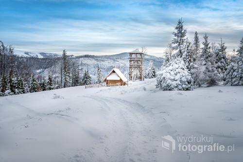 Fotografia przedstawia wieżę widokową umiejscowioną w Beskidzie Śląskim - Stary Groń. Zdjęcie zostało wykonane 30.12.2019 podczas jednej z zimowych wędrówek.