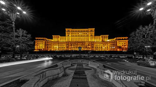 Bukareszt, Rumunia, zima 2016  Pałac Parlamentu (rum. Palatul Parlamentului) − budynek rządowy znajdujący się w stolicy Rumunii, Bukareszcie, dawniej znany jako Dom Ludowy (rum. Casa Poporului), obecnie jest drugim co wielkości (po Pentagonie) administracyjnym budynkiem na świecie.