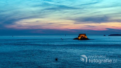 Fort obronny na wysepce Petit Bé podczas przypływu, Saint-Malo, Francja
